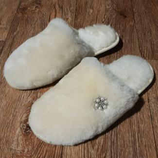 Тапочки меховые из белой овчины с брошью