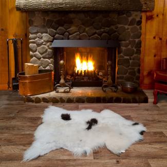 Шкура овечья пятнистая белая с коричневым